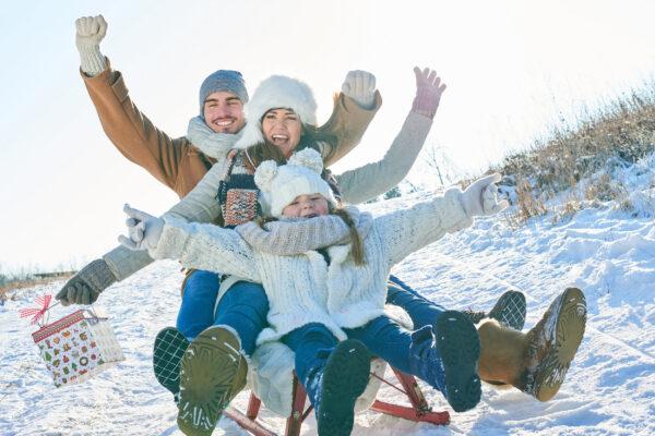 Schlitten fahren Schnee Rodeln Familie