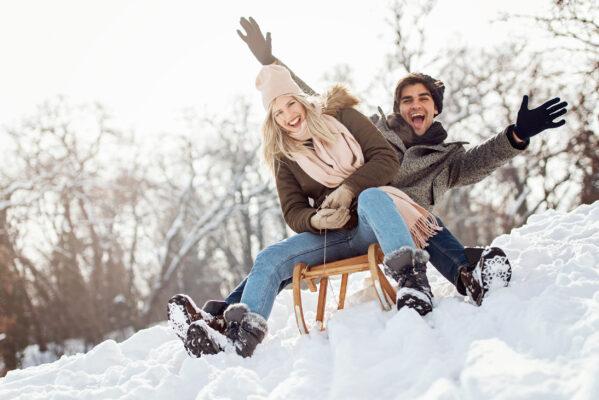 Schnee Paar Schlitten
