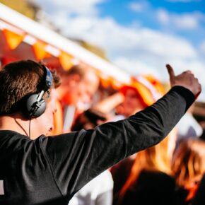King's Day: 4 Tage Partyurlaub in Amsterdam mit Unterkunft, Frühstück & Party-Extras nur 185€