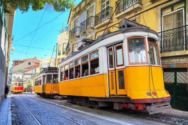 Portugal Lissabon Frühling gelbe Tram