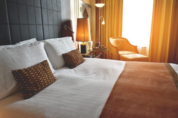 Hotelzimmer Bett Sonne