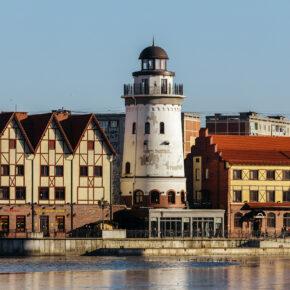 Russland Kaliningrad Haeuser Fluss