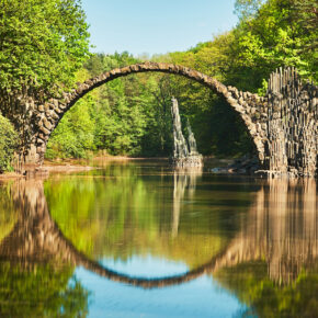 Wie aus dem Märchenbuch: Der romantische Rakotzsee & seine Brücke
