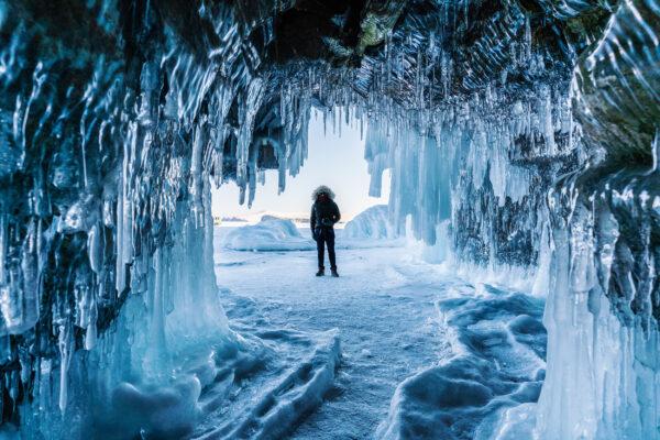 Russland Baikalsee Eishöhle Mann