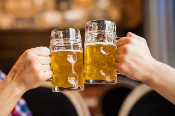 Bier anstossen