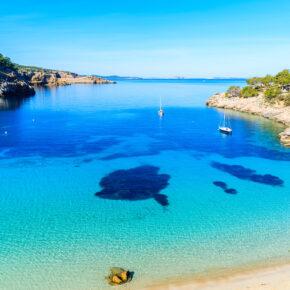 Spanien: 7 Tage Ibiza im 3* Hotel mit direkter Lage am Meer, HP+ & Flug nur 297€