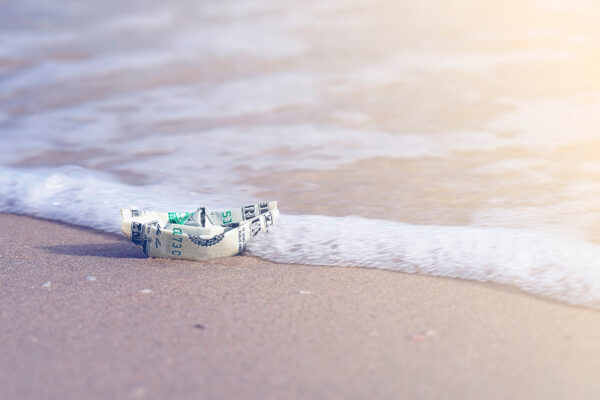 Strand Papierschiff Geld