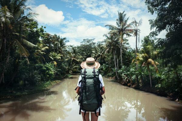 Backpacking Frau Fluss