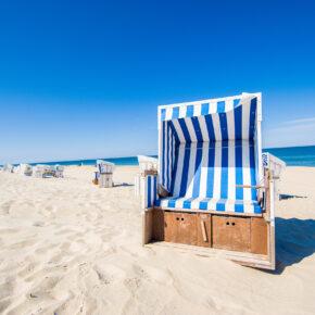 Deutschland Sylt Strandkorb blau