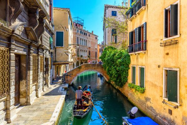 Italien Venedig Gondel enger Kanal