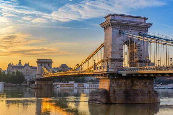 Ungarn Budapest Sonnenaufgang Chain Bruecke
