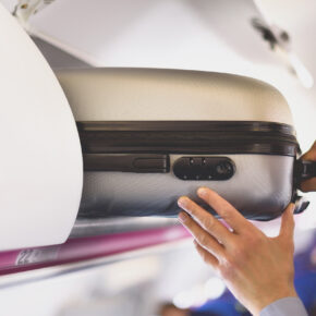 Handgepäck im Flugzeug: Kosten & Bestimmungen aller Airlines im Überblick