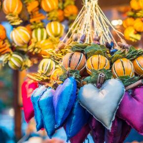 Weihnachtsmarkt Deko bunt Herzen