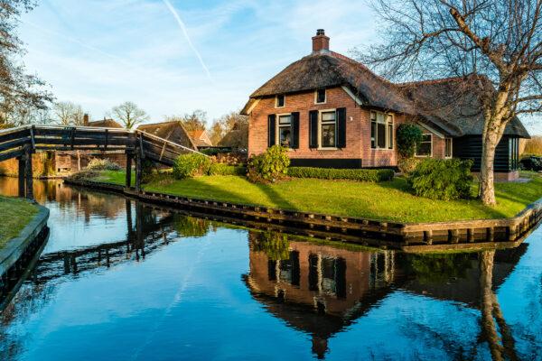 Niederlande Giethoorn Haus am Kanal Winter