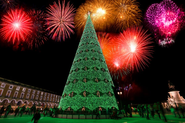 Portugal Lissabon Handelsplatz Weihnachtsbaum Feuerwerk