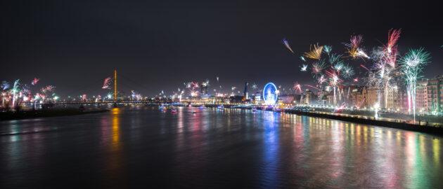 Deutschland Düsseldorf Silvester Feuerwerk