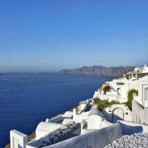 Luxusurlaub auf Santorini: 7 Tage im TOP 5* Hotel mit Frühstück, Flug, Transfer & Zug für 1.376€