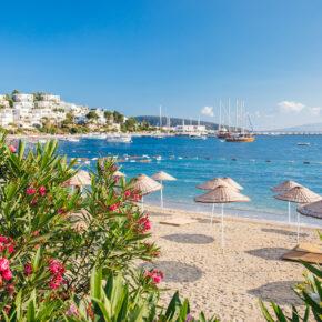 Türkei Bodrum Strand Sonnenschirme