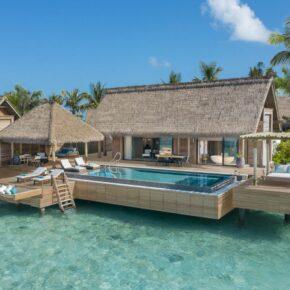 Luxus auf den Malediven: 10 Tage mit eigener TOP Villa, Pool, Frühstück, Flug, Transfer & Zug für 8818€