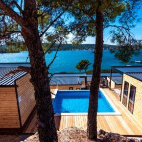 Eigene Luxus-Camping-Villa mit Pool: 2 Tage Kroatien am Wochenende mit 1x Dinner & Champagner ab 40€