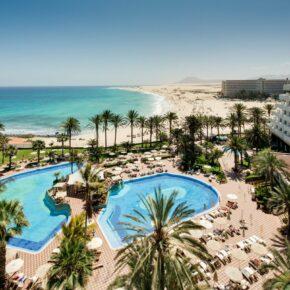 Kanaren: 7 Tage Fuerteventura im TOP 4.5* RIU Resort mit Halbpension, Flug, Transfer & Zug nur 532€